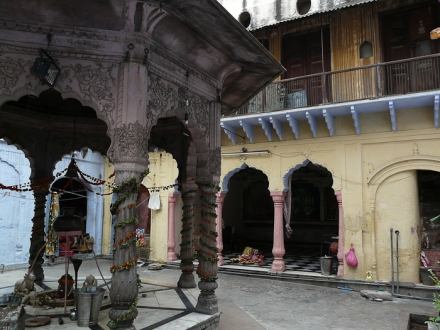 A haveli courtyard in Old Delhi (c) by Varun Shiv Kapur [http://www.flickr.com/photos/varunshiv/3968814237/]